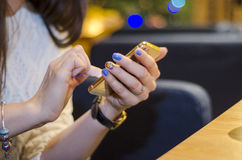 Händer med telefonen Royaltyfri Fotografi
