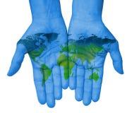 Händer med världskartan, översikt av den drog världen Royaltyfria Foton