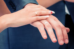 Händer med vigselringar Fotografering för Bildbyråer