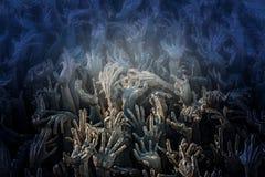 Händer når upp från undervärlden Royaltyfri Foto