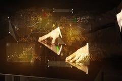 Händer navigerar på tekniskt avancerat ilar tabellen med affärssymboler Arkivfoton