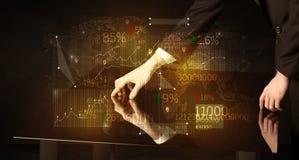 Händer navigerar på tekniskt avancerat ilar tabellen med affärssymboler arkivbild