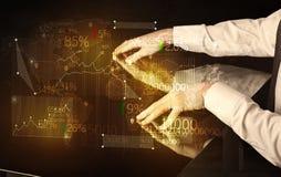 Händer navigerar på tekniskt avancerat ilar tabellen med affärssymboler Royaltyfri Bild