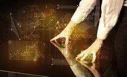 Händer navigerar på tekniskt avancerat ilar tabellen med affärssymboler Arkivbilder