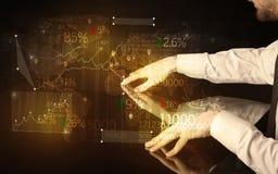 Händer navigerar på tekniskt avancerat ilar tabellen med affärssymboler Fotografering för Bildbyråer