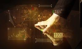 Händer navigerar på tekniskt avancerat ilar tabellen med affärssymboler Royaltyfria Foton