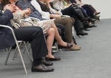 Händer och ben av affärsfolk i en konferens arkivfoton