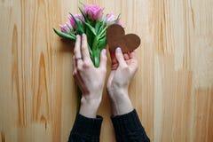 Händer och dag för omfamningvalentin` s Arkivfoto