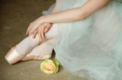 Händer och fot i balettprickar, närbild fotografering för bildbyråer