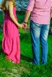 Händer och hjärtor tillsammans Närbild av att älska parinnehavhänder, medan gå utomhus Arkivfoto