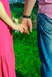 Händer och hjärtor tillsammans Närbild av att älska parinnehavhänder, medan gå utomhus Royaltyfria Bilder