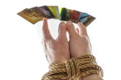 Händer och kreditkort Arkivfoto