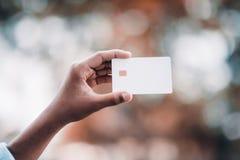 Händer och kreditkortar av affärsfolk royaltyfria foton