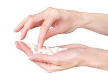 Händer och preventivpillerar arkivbild