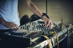 Händer och skivtallrik för discjockey` s Royaltyfria Foton