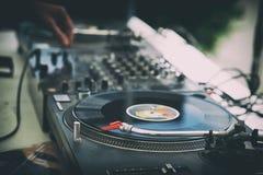 Händer och skivtallrik för discjockey` s Arkivbilder