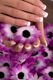 Händer och spikar med retuschsprutadesign fotografering för bildbyråer