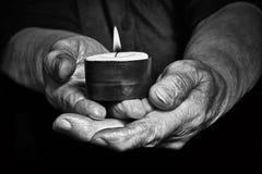 Händer och stearinljus Arkivbild
