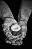 Händer och stearinljus Arkivfoton