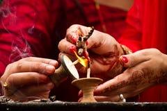 Händer och stearinljusvälsignelser, Teej festival, Durbar fyrkant, Kathma Royaltyfria Bilder
