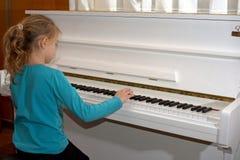 händer på de vita tangenterna av pianot som spelar en melodi Händer för kvinna` s på tangentbordet av pianot som spelar anmärknin Royaltyfri Foto