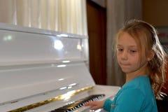 händer på de vita tangenterna av pianot som spelar en melodi Händer för kvinna` s på tangentbordet av pianot som spelar anmärknin Royaltyfri Fotografi
