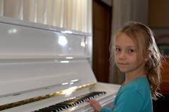händer på de vita tangenterna av pianot som spelar en melodi Händer för kvinna` s på tangentbordet av pianot som spelar anmärknin Arkivfoton