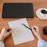 Händer på den moderna kontorstabellen Royaltyfri Foto