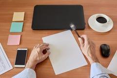 Händer på den moderna kontorstabellen Arkivbild