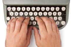 Händer på en skrivmaskin Royaltyfri Foto