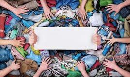 Händer på en virvel av kläder arkivfoton