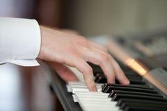 Händer på ett piano Royaltyfri Foto
