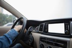Händer på hjulet som kör bilen Arkivbild