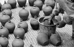 Händer på lera Arkivbild
