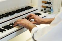 Händer på pianot på en konsert Arkivbild