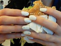 Händer på smörgåsen Arkivbilder