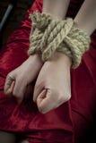 händer rope bundet upp Arkivfoto