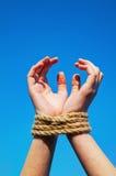händer rope bundet upp royaltyfria foton