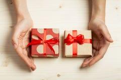 Händer rymma gåvor Arkivbild