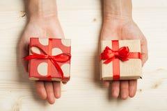 Händer rymma gåvor Arkivfoton