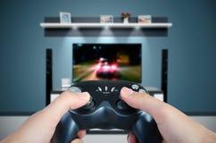 Händer rymmer den modiga kontrollanten Man som spelar springa för bil på TV Arkivfoto