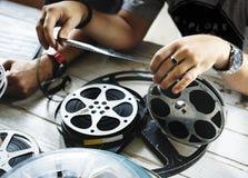 Händer rymmer en filmremsa Fotografering för Bildbyråer