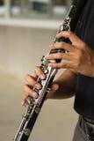 Händer rymmer en klarinett Royaltyfri Foto