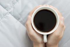 Händer rymmer en kopp kaffe Royaltyfria Foton