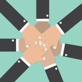 Händer sammanfogar tillsammans den begreppsmässiga teamworkanden Royaltyfria Bilder