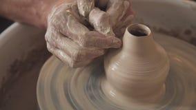 Händer skapar försiktigt korrekt format handgjort från lera stock video