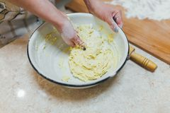 Händer som bakar deg på trätabellen Royaltyfri Foto