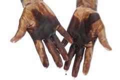 Händer som befläckas med svart petrol som isoleras på white royaltyfri bild
