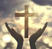 Händer som ber med korssymbol fotografering för bildbyråer