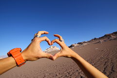 Händer som bildar förälskelsehjärta Royaltyfri Fotografi